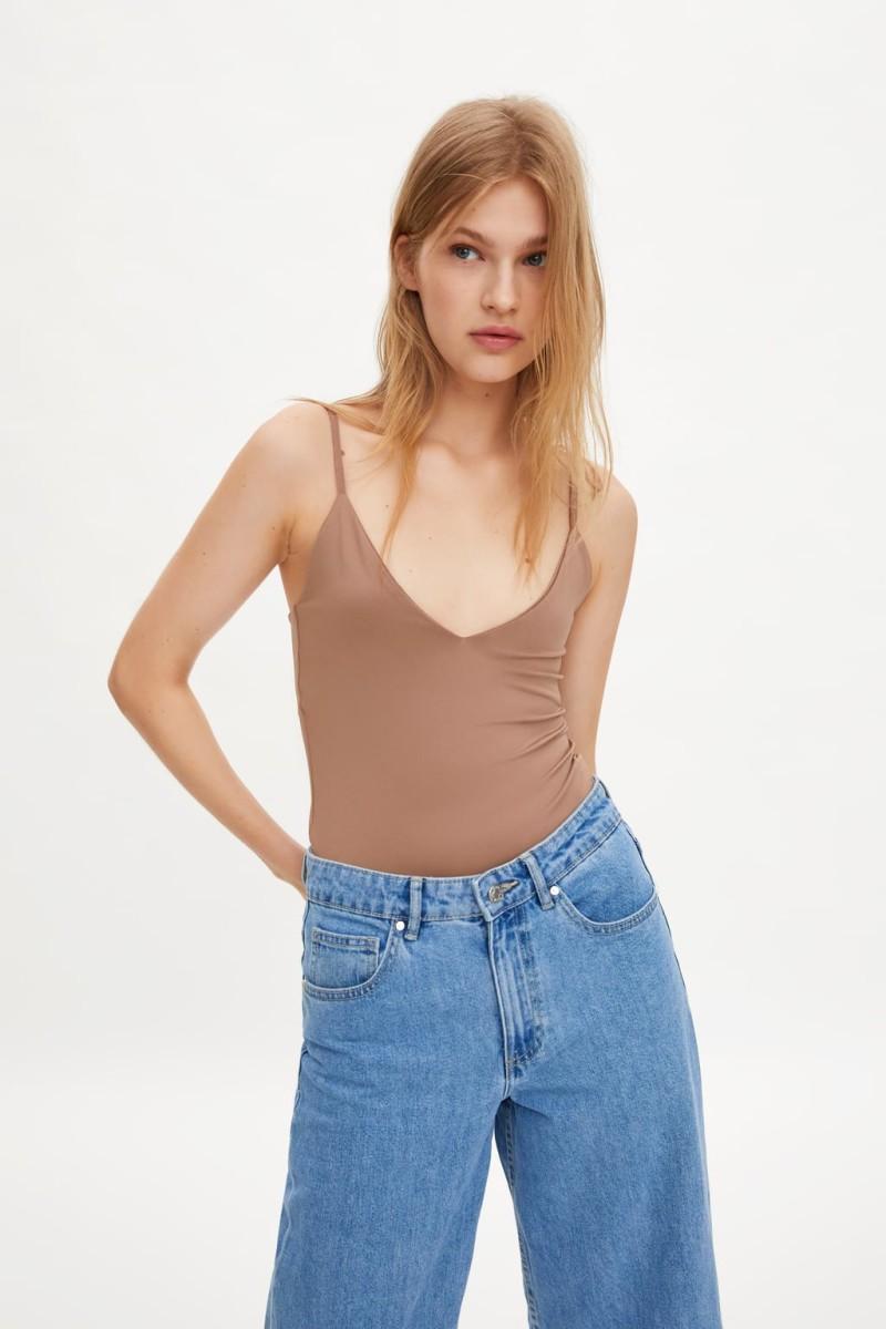 Zara: Το μπλουζάκι των 6 ευρώ από τη νέα συλλογή που έχει κάνει θραύση! Θα το φοράνε όλες όταν μαυρίσουν!