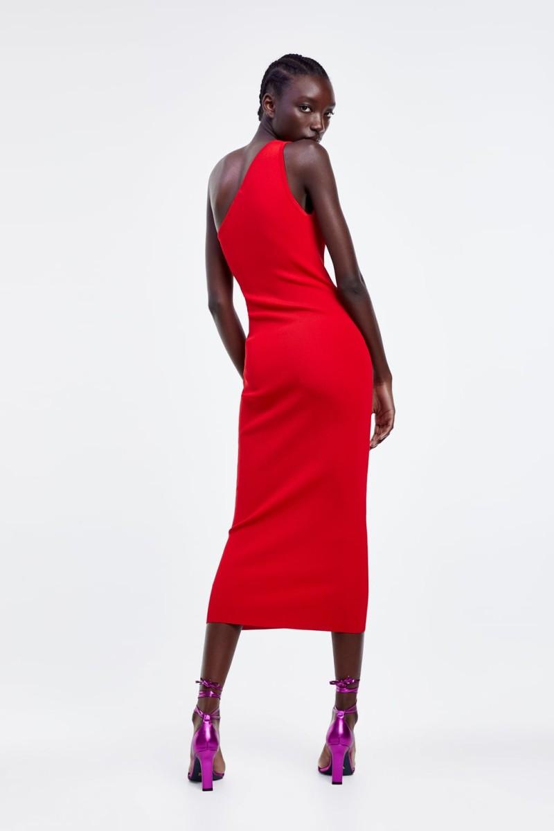 Zara: Αυτό είναι απόλυτο θηλυκό ασύμμετρο φόρεμα που κάθε γυναίκα πρέπει να έχει στην ντουλάπα της!