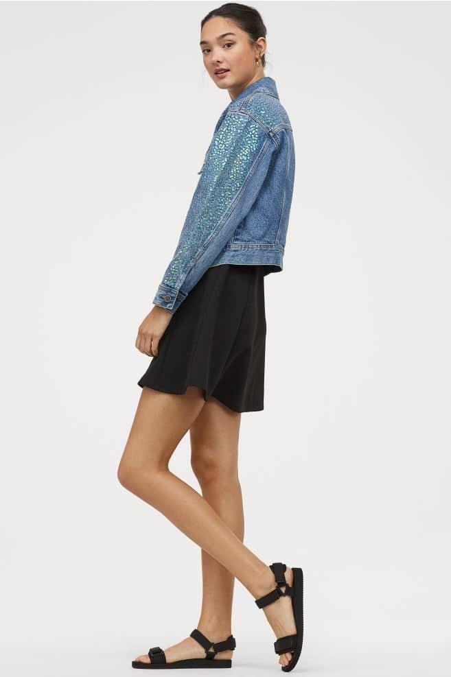 H&M: Εμμονή με αυτό το τζιν μπουφάν από τη νέα συλλογή! Κοστίζει κάτω από 50 ευρώ αλλά θα σε κοιτάνε όλοι!