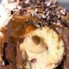 Φτιάξε την πιο νόστιμη τούρτα από ντόνατς με επικάλυψη σοκολάτας και καραμέλας (video)
