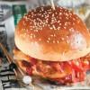 Burger με κοτόπουλο, λουκάνικο και γαρίδες! Η συνταγή ... κόλαση!