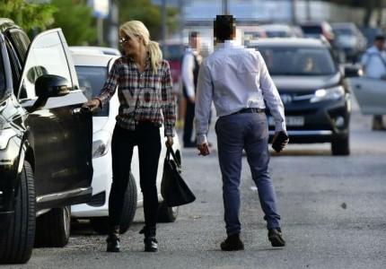 Ελένη Μενεγάκη: Τα χαχανητά στη μέση του δρόμου με άγνωστο νεαρό!