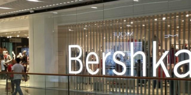 Νέες παραλαβές στα Bershka - Kick flare παντελόνι μόνο με 23 ευρώ