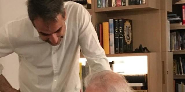 Ο Κυριάκος Μητσοτάκης λέει το δικό του «αντίο» στον Μανώλη Γλέζο