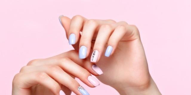 Θέλεις να φτιάξεις μόνη τα νύχια σου ενώ είσαι σε καραντίνα; Τα 3 gel nails kit που θα σε σώσουν