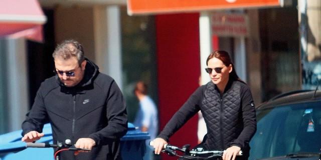 Αντώνης Ρέμος: Βόλτα στην Γλυφάδα με το πατίνι - Από πίσω με ποδήλατο η Υβόννη