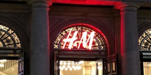Είσαι έγκυος; Το ροζ φόρεμα των H&M που πρέπει να αγοράσεις