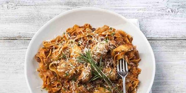 Χορταστικό κοτόπουλο κρασάτο με μακαρόνια  - Συνταγή κόλαση της Αργυρώς Μπαρμπαρίγου