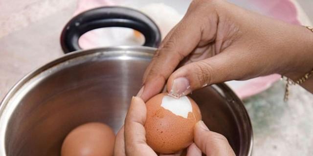 Ξεφλουδίστε εύκολα τα αβγά σας με μαγειρική σόδα - Το πιο έξυπνο κόλπο