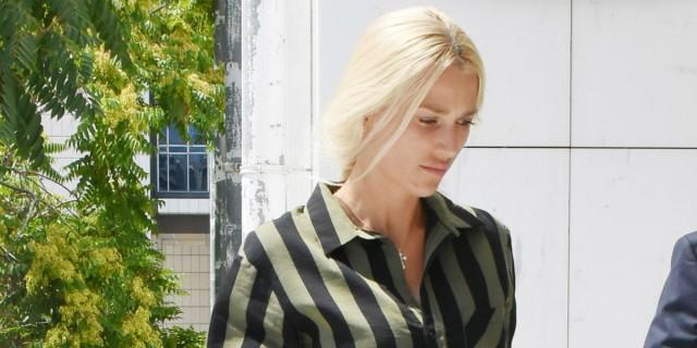 Δολοφονία Γιάννη Μακρή: Η ανατριχιαστική στιγμή που η Βικτώρια Καρύδα κοιτάει στα μάτια τους φερόμενους δολοφόνους του άντρα της