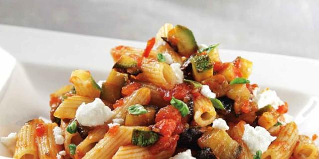 Μακαρόνια πένες με κολοκυθάκια και σάλτσα ντομάτας με μελιτζάνα από την Αργυρώ Μπαρμπαρίγου