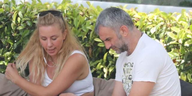 Με μπεζ κολάν στη Γλυφάδα η Γωγώ Μαστροκώστα στο πλευρό του Τραϊανού Δέλλα