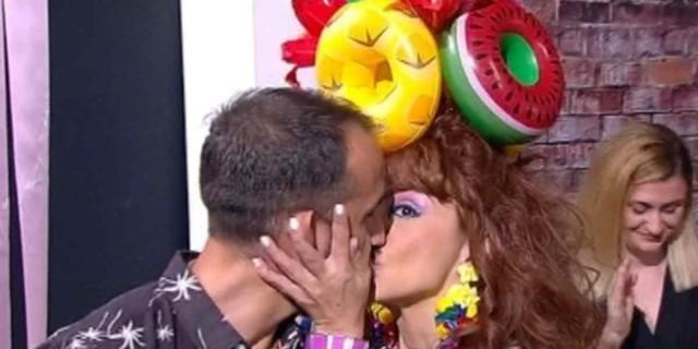 Ματίνα Νικολάου: Αλά Ελένη γύρισε την κάμερα στο «Καλό Μεσημεράκι» και φίλησε το σύντροφό της