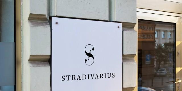 Λάτρεψε το τζιν από τα Stradivarius που θα απογειώσει το στιλ σου - Μόνο με 12,99 ευρώ