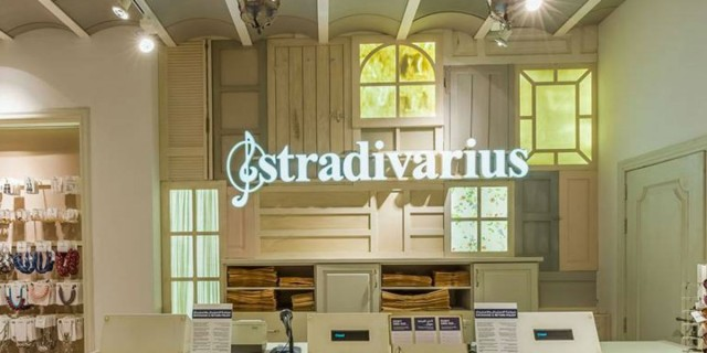 Στα εκπτωτικά των Stradivarius αυτό το θεϊκό φόρεμα - Πρέπει να το αγοράσετε
