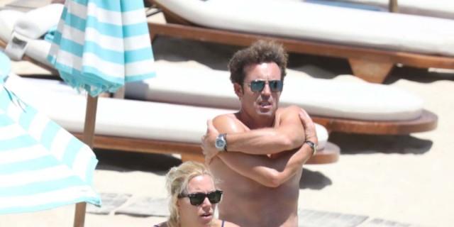 Βίκυ Καγιά: Σε παραλία της Μυκόνου με τον Ηλία Κρασσά και τα παιδιά - Όλοι κοιτούσαν το κορμί της