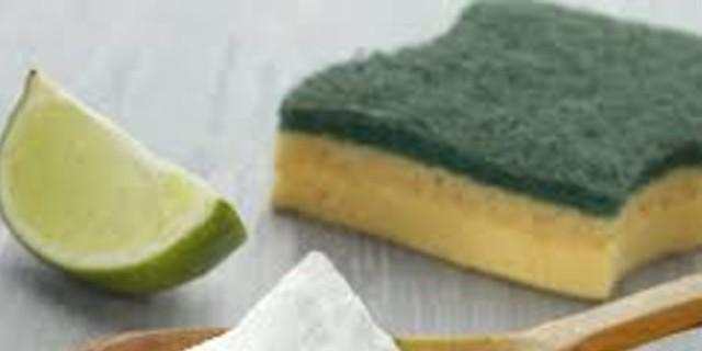 Το έξυπνο κόλπο για να απολυμάνεις με μαγειρική σόδα και λεμόνι τα σφουγγάρια του σπιτιού σου