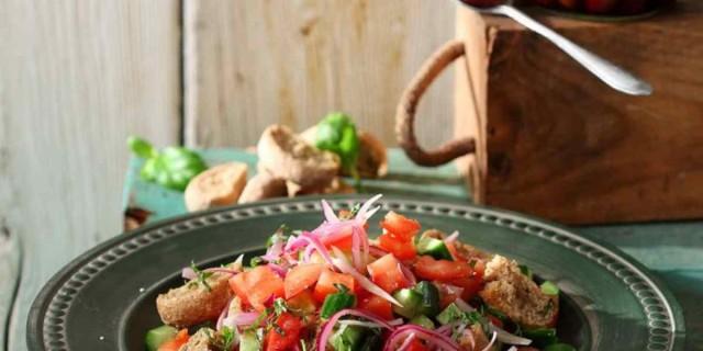 Η πιο δροσιστική σαλάτα με χυμό λεμονιού και κρίθινο παξιμάδι από την Αργυρώ Μπαρμπαρίγου