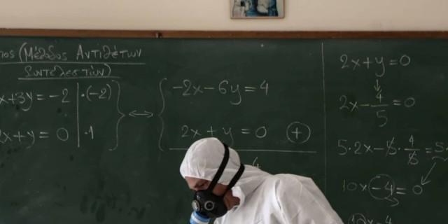 Κορωνοϊος: Έκλεισε σχολείο στην Πετρούπολη