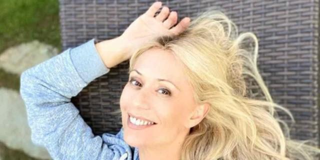 Μαρία Μπακοδήμου: Νεανικό και μοδάτο το σαλόνι του σπιτιού της - Διώροφο με μαύρες λεπτομέρειες