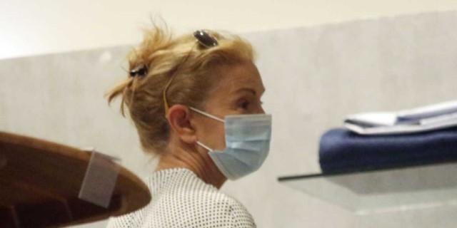 Ο φακός «τσάκωσε» την Πέμυ Ζούνη με μάσκα και κατάλευκο φόρεμα
