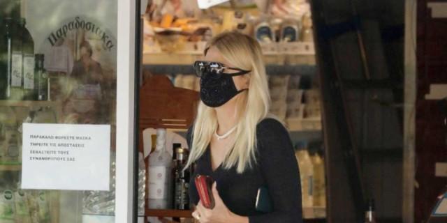 Για ψώνια με μίνι μαύρο φόρεμα η Φαίη Σκορδά