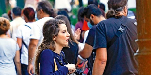 Εξασθενισμένη η Μαρία Κίτσου - Πιο αδύνατη από ποτέ στο κέντρο της Αθήνας