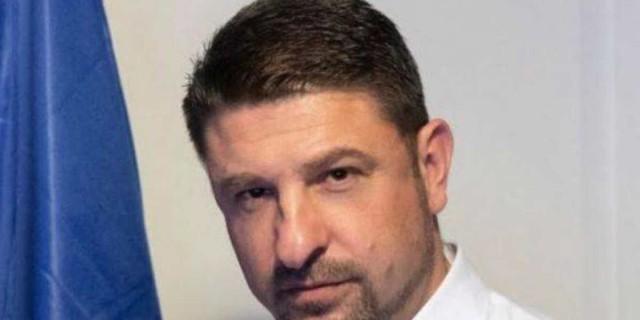 Νίκος Χαρδαλιάς: Μας δείχνει την κόρη του και την εύχεται δημόσια!