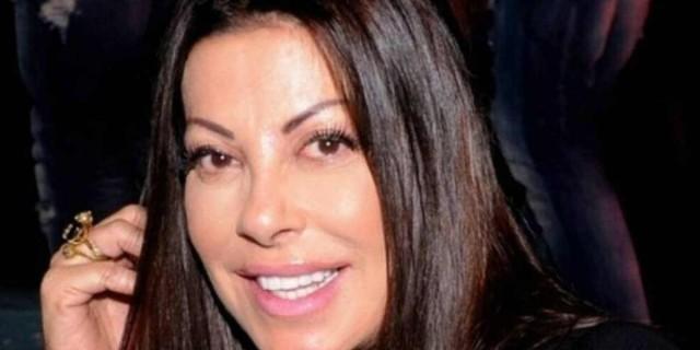 Άντζελα Δημητρίου: Ποζάρει στο στολισμένο σαλόνι χωρίς ίχνος μακιγιάζ στο πρόσωπο