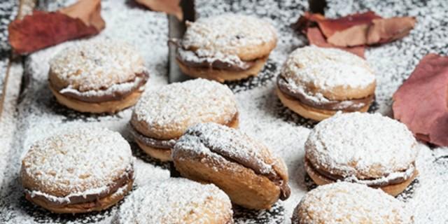 Είναι κόλαση: Γεμιστοί κουραμπιέδες με σοκολάτα και ζαχαρούχο γάλα από την Αργυρώ Μπαρμπαρίγου