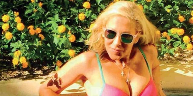 Έφη Σαρρή: Πόζαρε γυμνή στο στολισμένο της σαλόνι - Χαμός στο instagram
