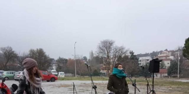 Θεσσαλονίκη: Μουσικοί έπαιξαν για τους ασθενείς έξω από το «Παπανικολάου»