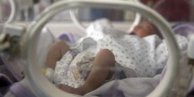 Πέθανε το βρέφος που νοσηλευόταν διασωληνωμένο με κορωνοϊό