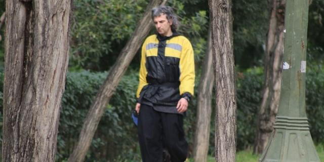 Άρης Σερβετάλης: Αλλαγμένος στην εμφάνιση του - Με γκρίζα μακριά μαλλιά στο Ζάππειο