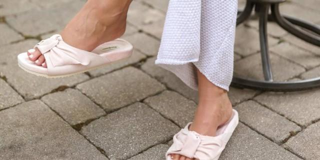 Slandals: Η... μεταβατική τάση στα σανδάλια πριν από το καλοκαίρι