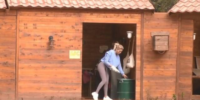 Φάρμα: Πάρτυ στο Twitter με την Αλεξάνδρα Παναγιώταρου που καθάρισε τις τουαλέτες