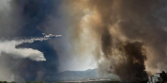 Φωτιά στη Βαρυμπόμπη: Εκκενώνεται και το Ολυμπιακό χωριό