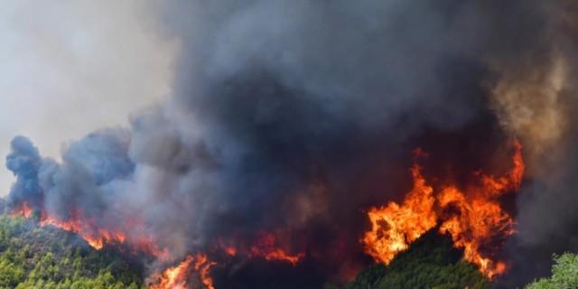 Φωτιά στη Μεσσηνία: Εκκενώθηκαν Άγιοι Θεόδωροι, Μοναστηράκι και Βράχος