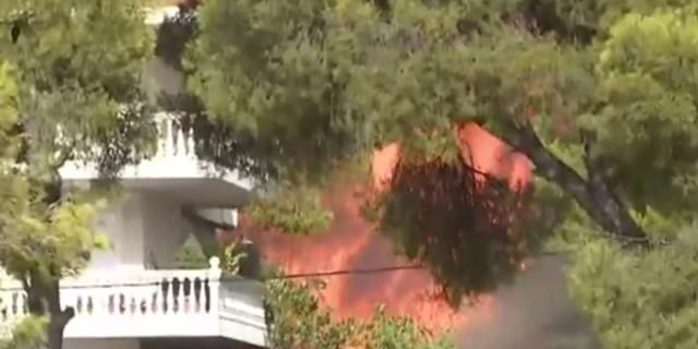 Φωτιά στη Βαρυμπόμπη: Καίγονται σπίτια - Τρέχουν να σωθούν οι κάτοικοι