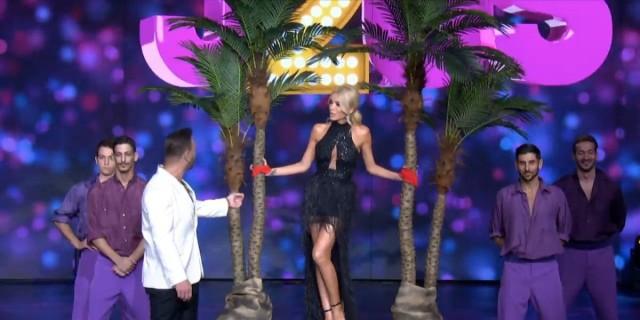 J2US: Η εντυπωσιακή είσοδος της Κατερίνας Καινούργιου -  Δεμένη στη σκηνή του σόου