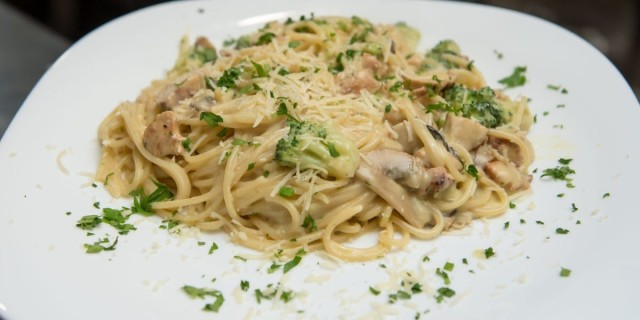 Χαμός με αυτό το Ιταλικό του Πειραιά - Τρέχουν να γευτούν τις ζεστές μακαρονάδες του
