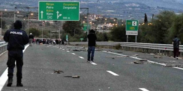 Άνοιξε η εθνική οδός Κορίνθου - Πατρών μετά από τις σκηνές... πεδίου μάχης