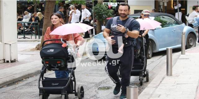 Χριστίνα Μπόμπα – Σάκης Τανιμανίδης: Αποκλειστικές φωτογραφίες από την βόλτα στο Κολωνάκι με τις δίδυμες κόρες τους