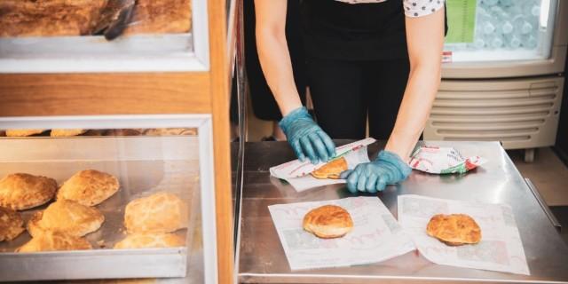 Ζεστές, τραγανές με το τυρί να ρέει - Χαμός σε αυτό το μαγαζί της Αθήνας! Έχει τις καλύτερες τυρόπιτες