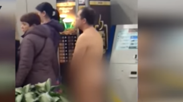 Σάλος στο αεροδρόμιο: Τριγυρνούσε ολόγυμνος και ήθελε να επιβιβαστεί!