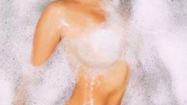 Πασίγνωστη Celebrity ποζάρει ολόγυμνη στην μπανιέρα της και προκαλεί χαμό!