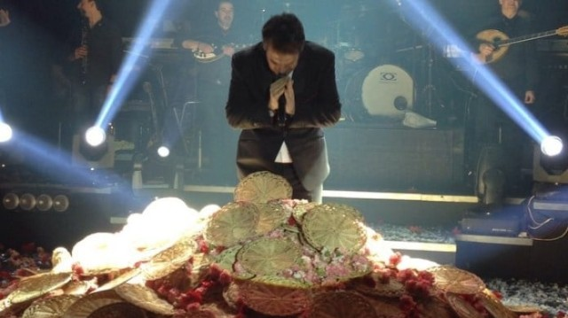 Πάνος Κιάμος: Αδιανόητο περιστατικό στην πίστα! Εκτός από γαρύφαλλα του έριξαν και... (Βίντεο)