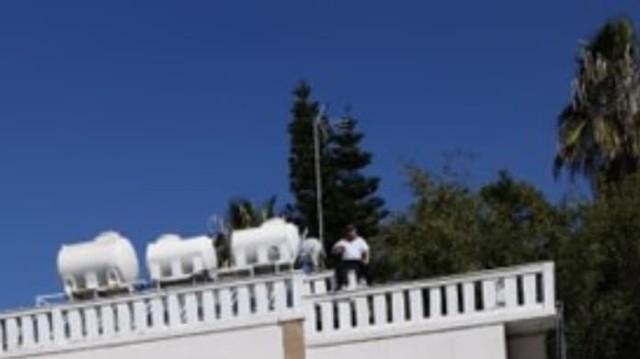 Σοκ: Ιδιοκτήτης ξενοδοχείου απειλεί να πέσει από την ταράτσα!