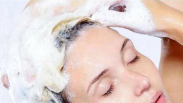 Μαλλιά που λαδώνουν εύκολα; Αυτά τα tips θα σας σώσουν!