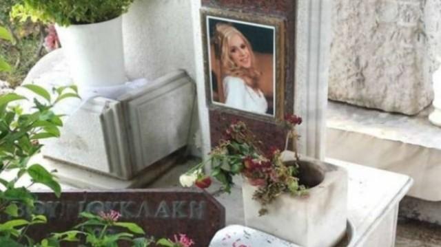 Aπίστευτο! Παρουσιαστής πίνει τον καφέ του στον τάφο της Αλίκης Βουγιουκλάκη!